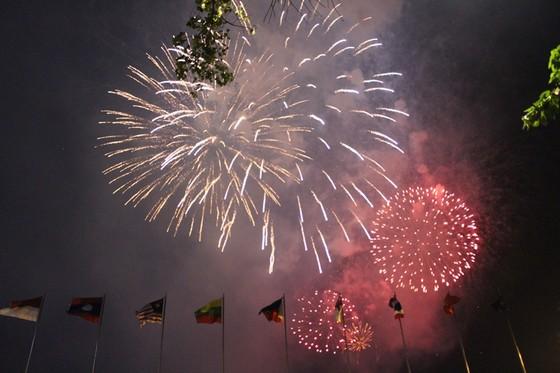 Chiêm ngưỡng màn bắn pháo hoa rực rỡ mừng năm mới Canh Tý 2020 tại TPHCM ảnh 19