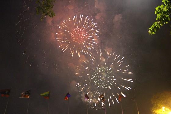Chiêm ngưỡng màn bắn pháo hoa rực rỡ mừng năm mới Canh Tý 2020 tại TPHCM ảnh 17