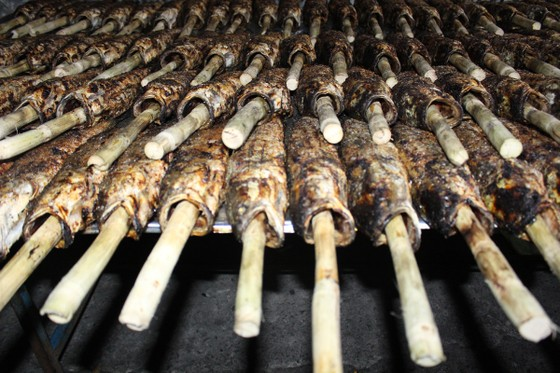 Sôi động phố bán cá lóc nướng ngày vía Thần Tài tại TPHCM ảnh 8