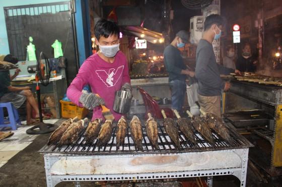 Sôi động phố bán cá lóc nướng ngày vía Thần Tài tại TPHCM ảnh 12