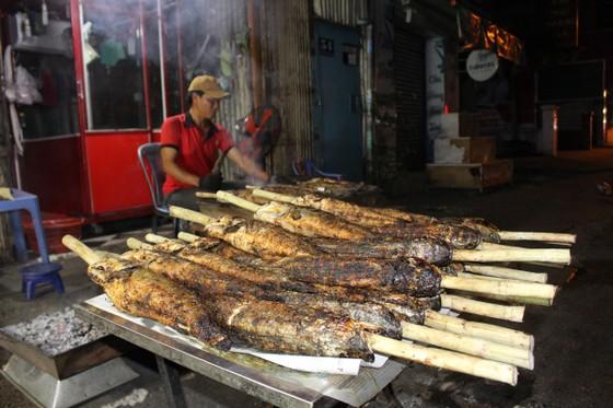 Sôi động phố bán cá lóc nướng ngày vía Thần Tài tại TPHCM ảnh 11