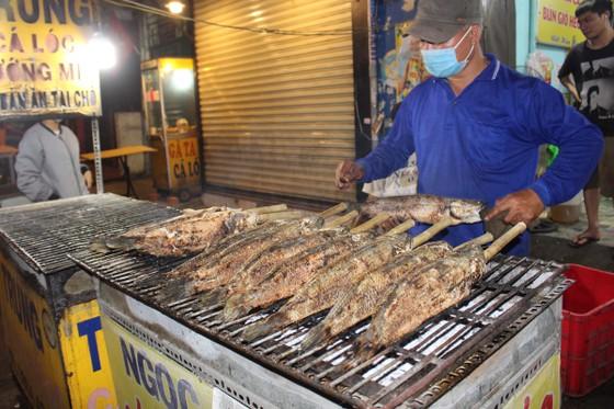 Sôi động phố bán cá lóc nướng ngày vía Thần Tài tại TPHCM ảnh 7