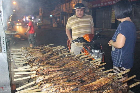 Sôi động phố bán cá lóc nướng ngày vía Thần Tài tại TPHCM ảnh 10