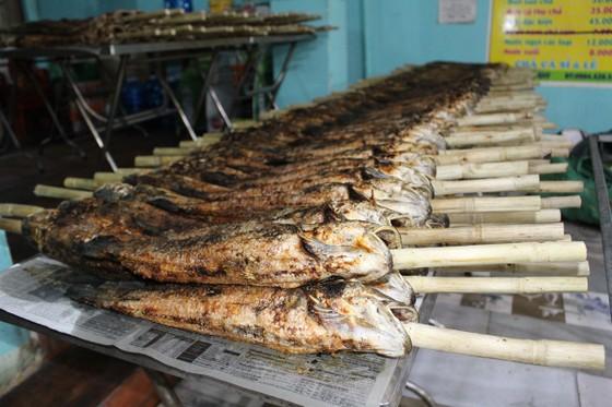 Sôi động phố bán cá lóc nướng ngày vía Thần Tài tại TPHCM ảnh 13