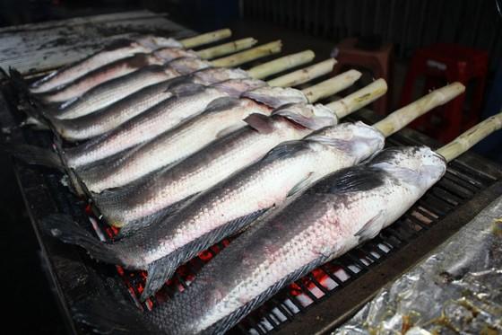 Sôi động phố bán cá lóc nướng ngày vía Thần Tài tại TPHCM ảnh 2