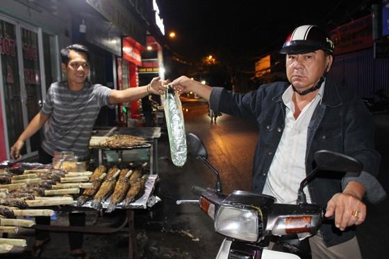 Sôi động phố bán cá lóc nướng ngày vía Thần Tài tại TPHCM ảnh 5