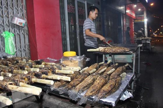 Sôi động phố bán cá lóc nướng ngày vía Thần Tài tại TPHCM ảnh 3