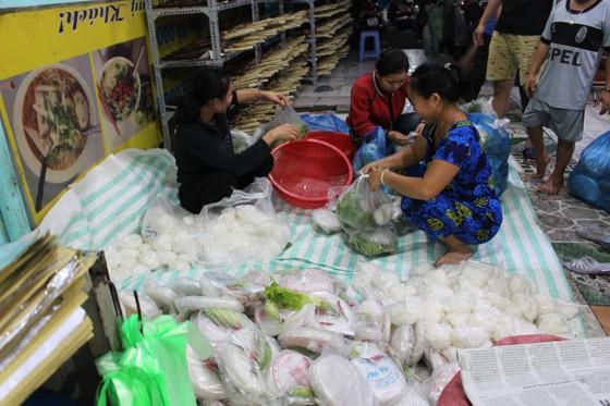 Sôi động phố bán cá lóc nướng ngày vía Thần Tài tại TPHCM ảnh 15
