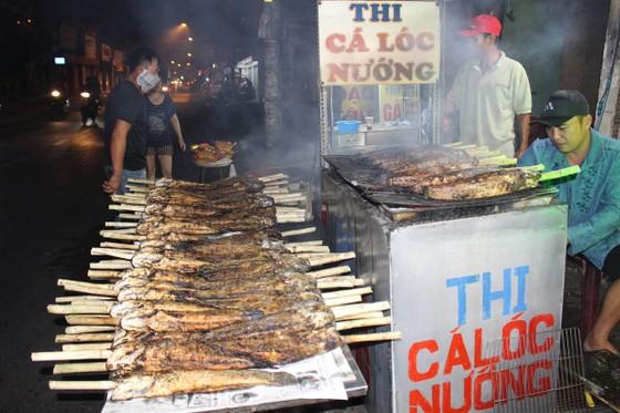 Sôi động phố bán cá lóc nướng ngày vía Thần Tài tại TPHCM ảnh 6
