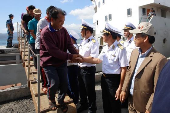 Tiếp cứu 33 ngư dân Quảng Nam gặp nạn ở Trường Sa vào bờ an toàn ảnh 2