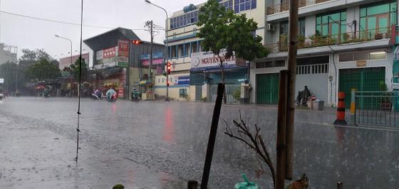 Chiều nay 9-4, TPHCM bất ngờ đổ mưa ảnh 1