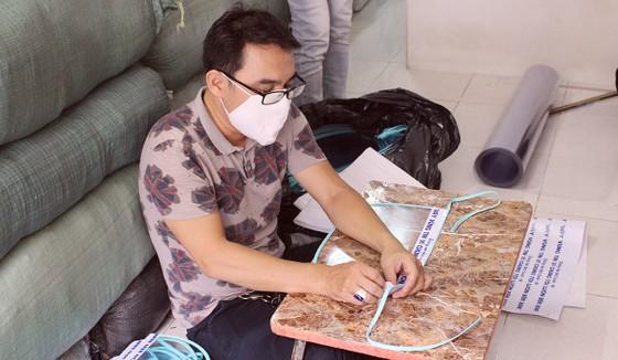 Chế tác mặt nạ ngăn giọt bắn dành tặng bác sĩ  ảnh 3