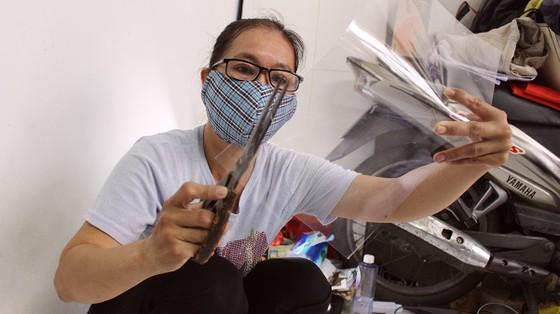 Chế tác mặt nạ ngăn giọt bắn dành tặng bác sĩ  ảnh 4