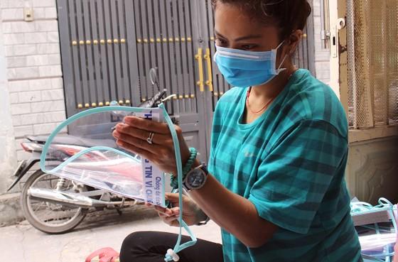 Chế tác mặt nạ ngăn giọt bắn dành tặng bác sĩ  ảnh 6