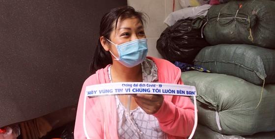 Chế tác mặt nạ ngăn giọt bắn dành tặng bác sĩ  ảnh 9