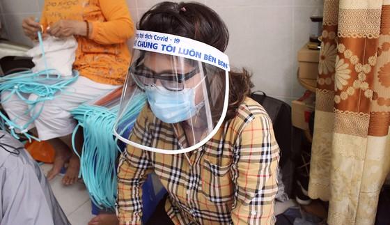 Chế tác mặt nạ ngăn giọt bắn dành tặng bác sĩ  ảnh 1