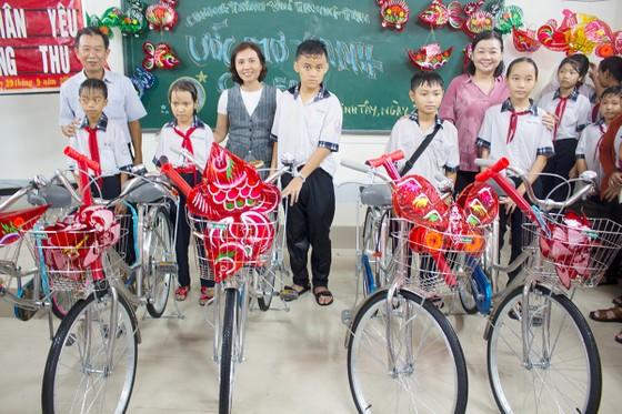 Báo SGGP tặng quà trung thu và xe đạp cho học sinh vùng sâu ở Long An ảnh 1
