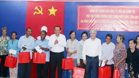 Phó Thủ tướng Trương Hòa Bình làm việc và tặng quà gia đình chính sách ở Sóc Trăng ảnh 2
