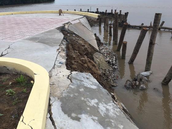 Bến Tre: Tượng đài chưa xây xong đã bị sạt lở ảnh 1