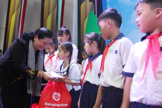"""Trao 367 phần quà """"Thắp sáng những ước mơ"""" cho trẻ em có hoàn cảnh khó khăn ảnh 1"""