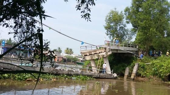 Sà lan chở 150 tấn cát đâm sập cầu ở Tiền Giang ảnh 1