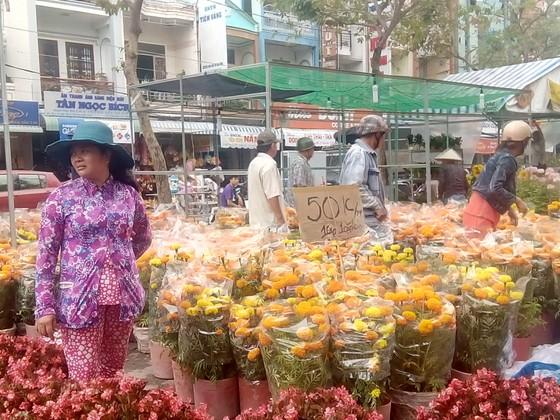 """Cần Thơ: Hoa kiểng, rau quả """"xả hàng"""" ngày 30 tết ảnh 1"""