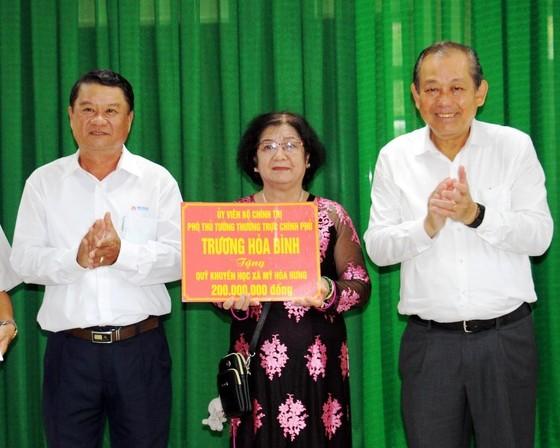 Phó Thủ tướng Trương Hòa Bình trao 200 triệu đồng tặng Quỹ Khuyến học quê hương Bác Tôn ảnh 1