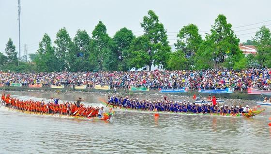 Hàng trăm ngàn người đến Sóc Trăng xem đua ghe ngo  ảnh 1