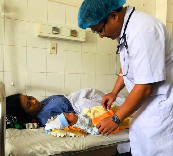 Cứu sống cả mẹ lẫn con một thai phụ bị sốt xuất huyết nguy kịch ảnh 1