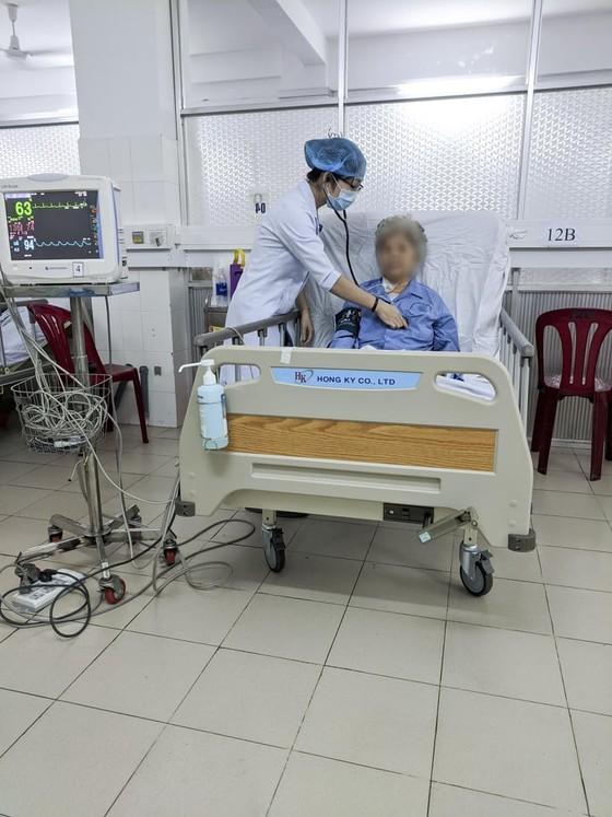 Cứu sống cụ bà 80 tuổi bị u tim nguy kịch  ảnh 1