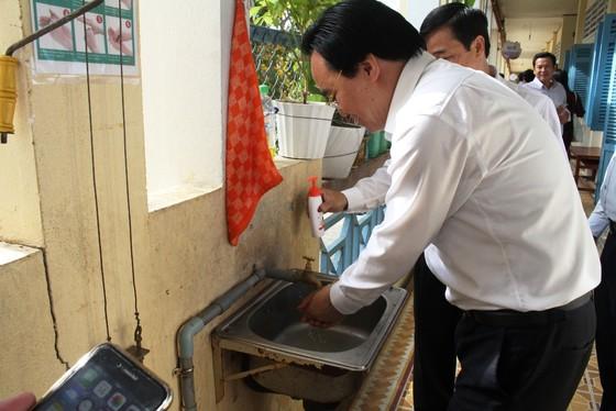Bộ trưởng Phùng Xuân Nhạ kiểm tra công tác phòng chống dịch ở Đồng Tháp  ảnh 2