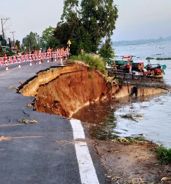 Sáng nay 27-5, một đoạn Quốc lộ 91 ở An Giang bị sụp xuống sông Hậu ảnh 1