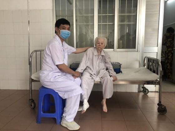 Phẫu thuật thay khớp háng thành công cho cụ bà 103 tuổi ảnh 1