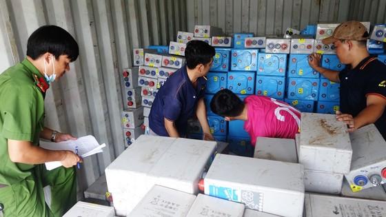 Bắt giữ vụ vận chuyển 28 tấn chất thải nguy hại ở An Giang ảnh 1