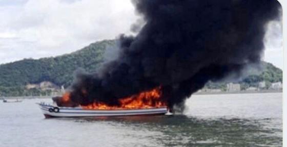 Cháy tàu du lịch câu cá trên biển, 25 người thoát chết ảnh 1