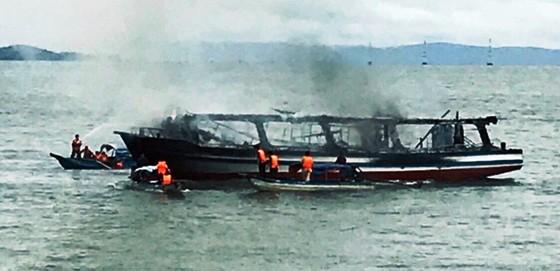 Cháy tàu du lịch câu cá trên biển, 25 người thoát chết ảnh 2