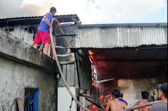 Cháy nhà kho nước mắm cá linh, thiệt hại hơn 500 triệu đồng ảnh 2