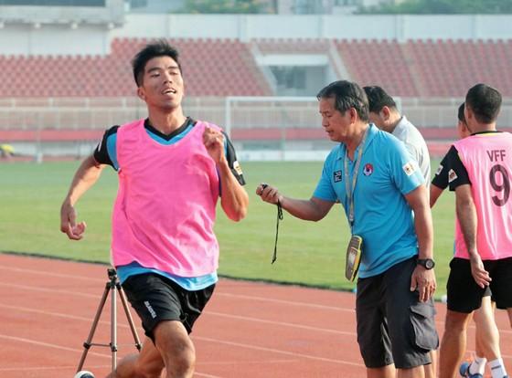 Giảng viên Phạm Chu Thiện đang kiểm tra thời gian hoàn thành phần thi thể lực của trọng tài