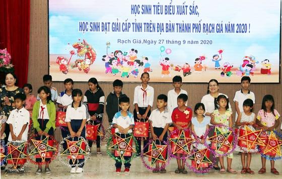 Tặng quà Trung thu cho học sinh nghèo vượt khó học giỏi ở Kiên Giang ảnh 1