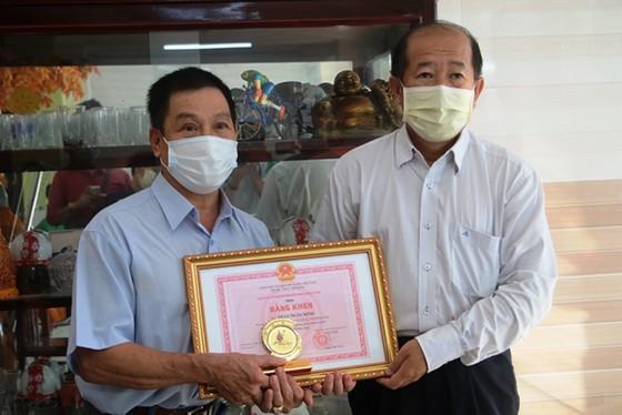 Khen thưởng người báo tin Covid-19 ở khu vực biên giới tỉnh Đồng Tháp ảnh 1