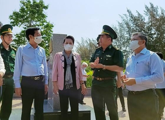 Chủ tịch Quốc hội Nguyễn Thị Kim Ngân thăm lực lượng phòng chống dịch Covid-19 ở biên giới Kiên Giang ảnh 1