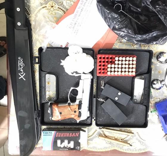 Phát hiện nhiều hàng hóa không rõ nguồn gốc và 1 khẩu súng bắn đạn cao su ảnh 1