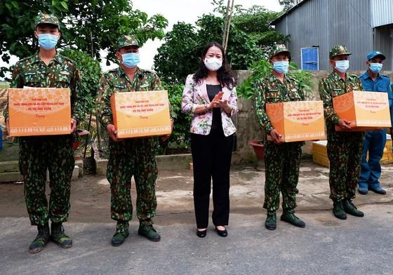 Phó Chủ tịch nước Võ Thị Ánh Xuân thăm lực lượng phòng chống dịch Covid-19 ở biên giới An Giang   ảnh 1