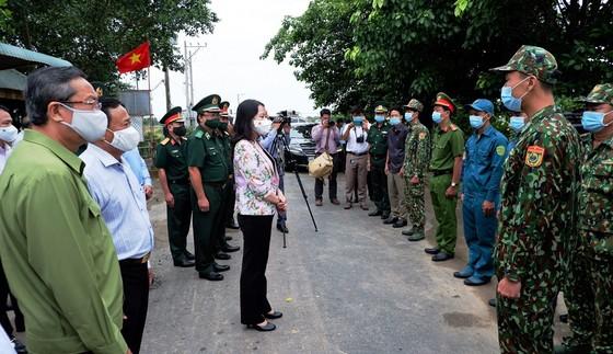 Phó Chủ tịch nước Võ Thị Ánh Xuân thăm lực lượng phòng chống dịch Covid-19 ở biên giới An Giang   ảnh 2