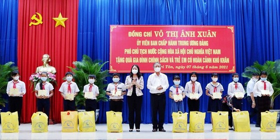 Phó Chủ tịch nước Võ Thị Ánh Xuân thăm lực lượng phòng chống dịch Covid-19 ở biên giới An Giang   ảnh 3