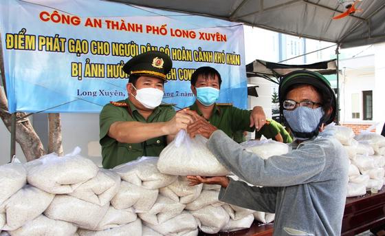 Công an tỉnh An Giang tặng 110 tấn gạo cho người nghèo khó ảnh 2