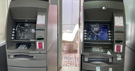 Một thanh niên tự ý đập vỡ 2 màn hình máy ATM ảnh 1
