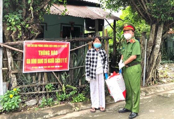 Công an tỉnh An Giang hỗ trợ 1.500 phần quà cho khu vực cách ly, phong tỏa ảnh 2
