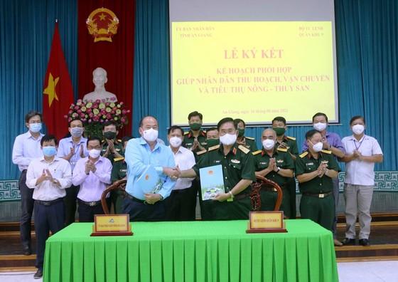 Quân khu 9 hỗ trợ An Giang thu hoạch, vận chuyển nông sản  ảnh 1