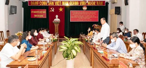 Phó Chủ tịch nước Võ Thị Ánh Xuân trao quà hỗ trợ phòng chống dịch Covid-19 ở An Giang ảnh 1